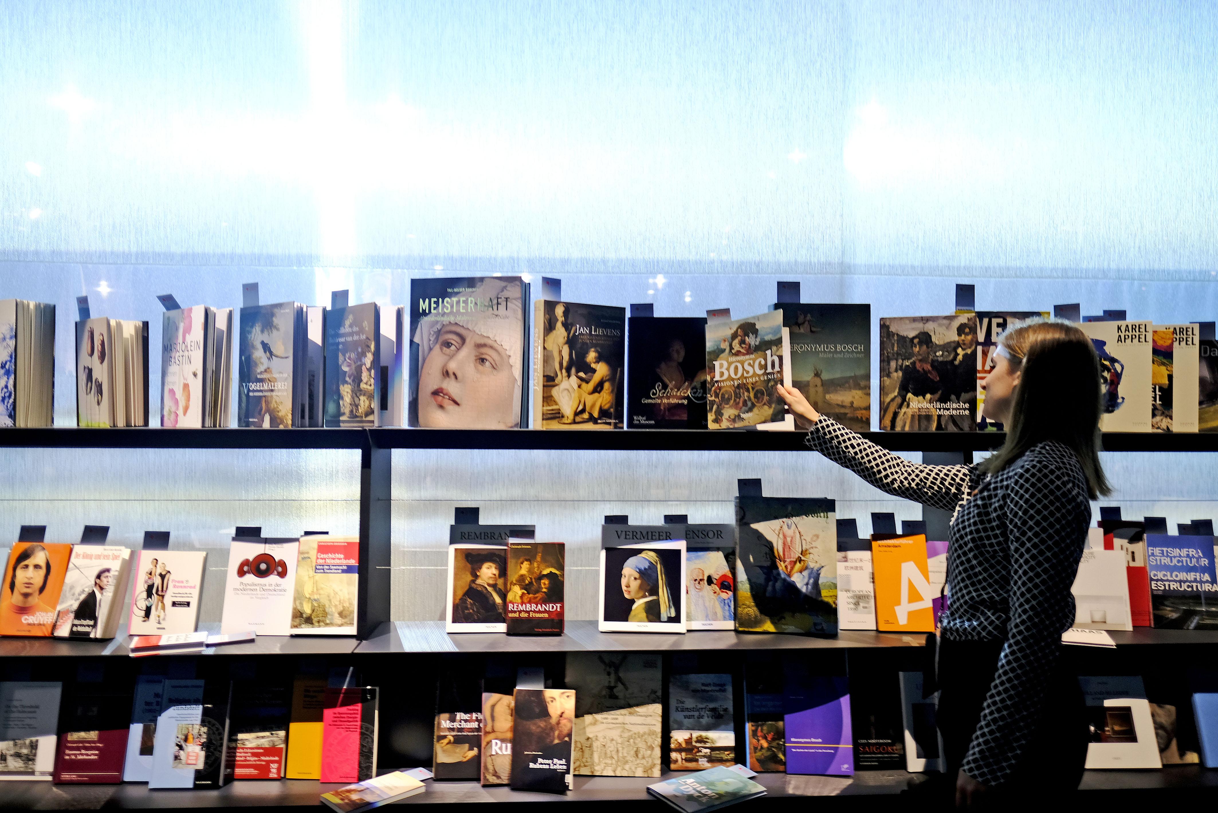 Frankfurt am Main, Hessen, Hesse, Deutschland, Germany. 18.10.2016 Menschen laufen umher im Eherengast Pavillon der gastlaender Flandern und Niederlande Flandern und Niederlande sind die Ehrengaeste der Frankfurter Buchmesse 2016. Flanders and Netherlands are the Guest of Honour 2016 at the Frankfurt Book Fair